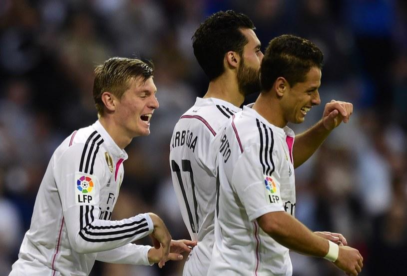 Javier Hernandez (z prawej) świętuje z kolegami z Realu Madryt zdobycie gola /AFP