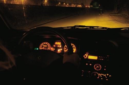 JAZDA BEZ ŚWIATEŁ to plaga na drogach i przyczyna wielu wypadków. /Motor