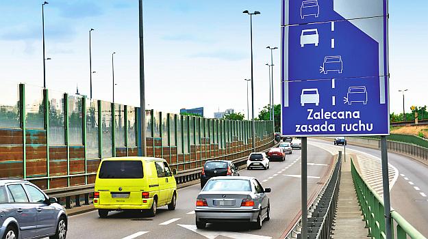 Jazda na suwak – ten nieformalny znak przypomina o stosowaniu jazdy naprzemiennej, która usprawnia ruch. /Motor