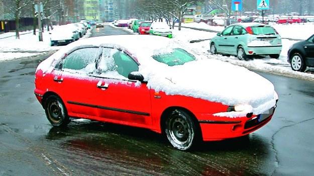 Jazda nieodśnieżonym autem zagraża bezpieczeństwu osób nim jadących lub innych uczestników ruchu. /Motor