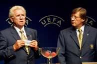Jean Fournet-Fayard (z lewej) i Gerhard Aigner (dyrektor UEFA) przy losowaniu