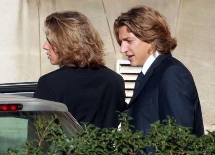 Jean Sarkozy (z prawej) z bratem Pierrem w drodze na swój ślub /AFP