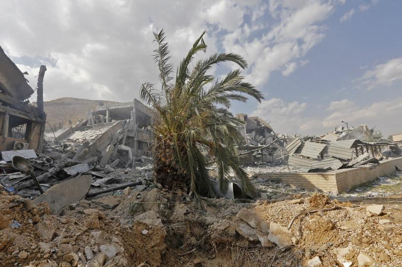 Jeden z budynków zniszczonych w nalocie /AFP