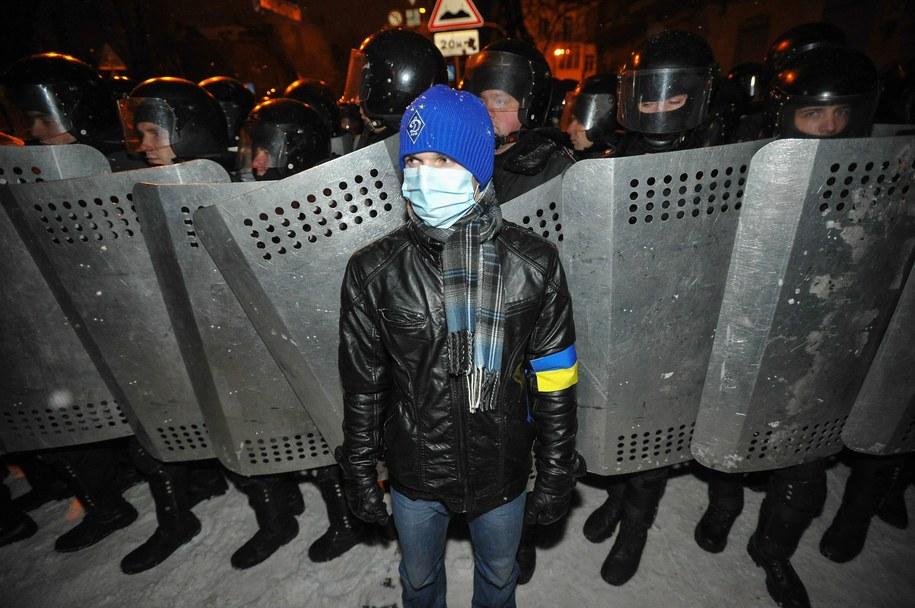 Jeden z demonstrantów stojący przed kordonem policji /ALEXEY FURMAN /PAP/EPA