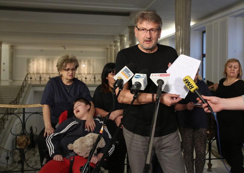 Jeden z protestujących w Sejmie rodziców, Wojciech Kalinowski odczytuje oświadczenie, w odpowiedzi na wcześniejszą konferencję ministra pracy i polityki społecznej Władysława Kosiniaka-Kamysza /eszek Szymański  /PAP
