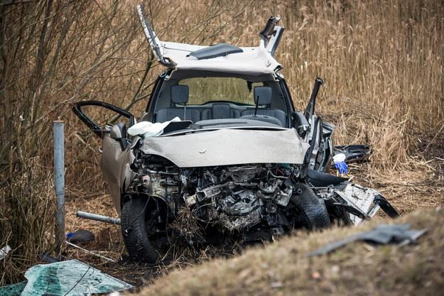 Jeden z samochodów, które zderzyły się czołowo /Tytus Żmijewski /PAP