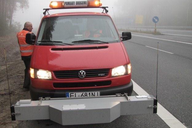 Jeden z samochodów z wyposażeniem pomiarowym /RMF