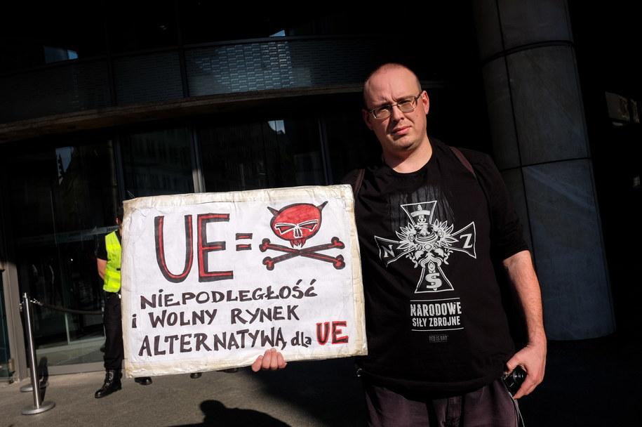 Jeden z uczestników pikiety /PAP/Marcin Obara /PAP