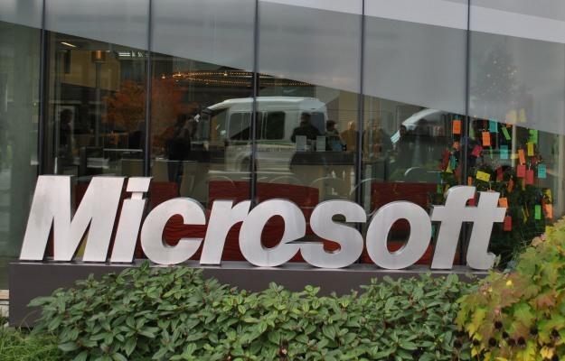 Jeden z wielu budynków Microsoft na kampusie w Redmond, w tle widać choinkowe zbieranie prezentów /INTERIA.PL