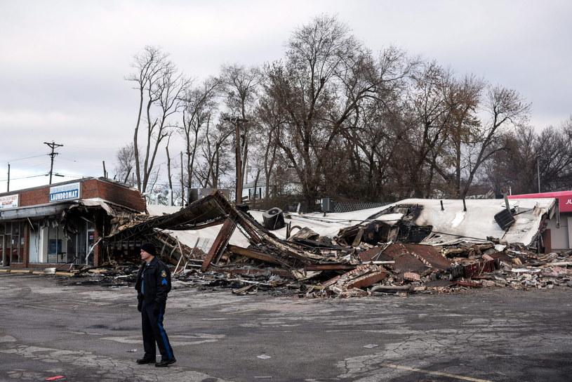 Jeden ze zniszczonych budynków w Ferguson /PAP/EPA