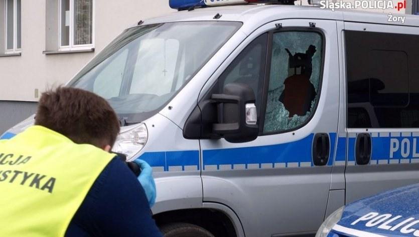 Jeden ze zniszczonych radiowozów /Policja