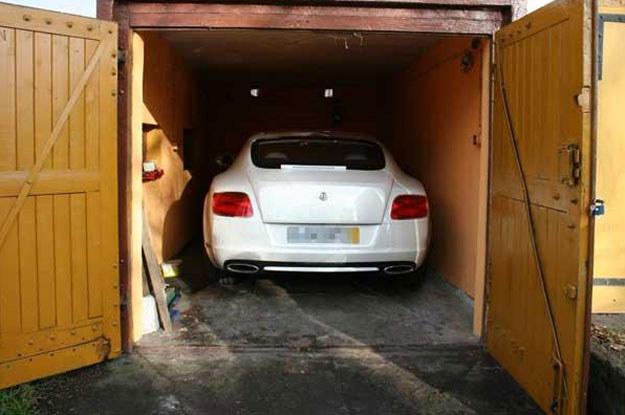 Jedna limuzyna stała w jakimś osiedlowym garażu w Toruniu... /Policja