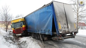 Jedna osoba ranna w zderzeniu osobówki z ciężarówką