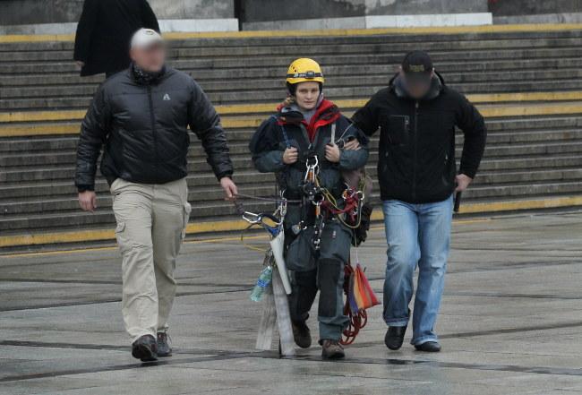Jedna z aktywistek Greenpeace zatrzymana przez policję /Radek Pietruszka /PAP