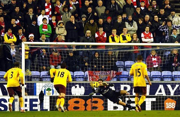 Jedna z interwencji Łukasza Fabiańskiego w meczu z Wigan. /AFP