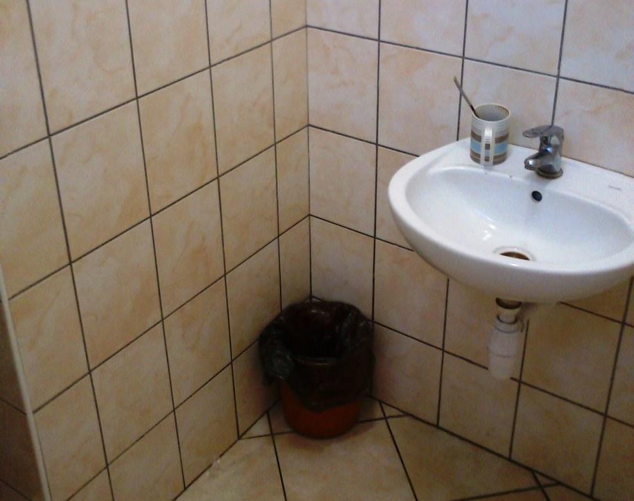 Jedna z łazienek w komenadzie policji w Szczecinie /Aneta Łuczkowska /RMF FM