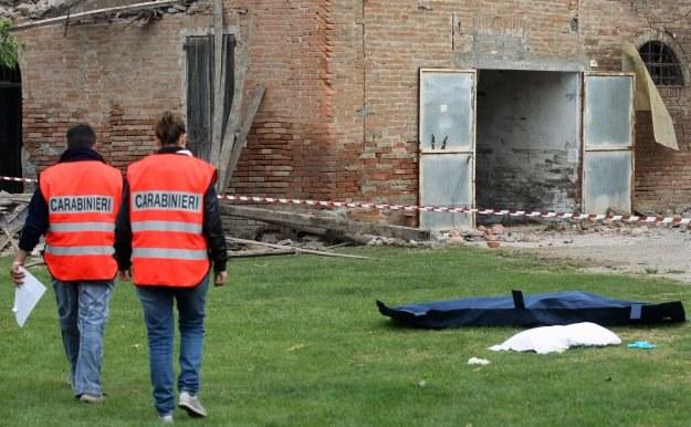 Jedna z ofiar trzęsienia w miejscowości Sant'Agostino, gdzie zawalił się zakład ceramiczny /AFP