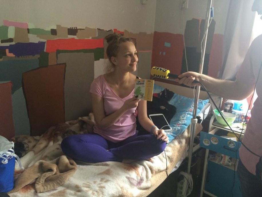 Jedna z pacjentek szpitala z audiobookiem od RMF FM /Michał Dobrołowicz /RMF FM