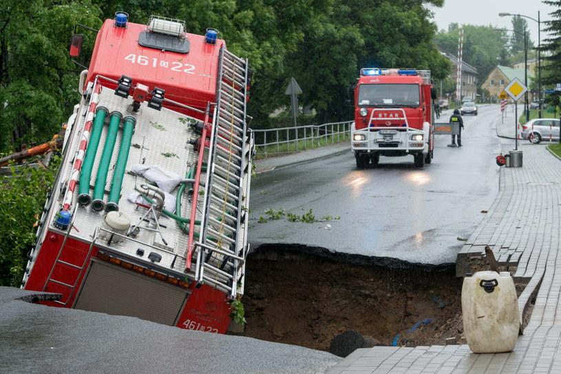 Jedna z podmytych dróg w Głuchołazach zapadła się, a wraz z nią jadący do akcji wóz strażacki. /Maciej Kulczyński /PAP