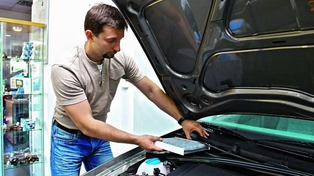 Jedną z popularnych lokalizacji filtra kabinowego w samochodzie jest podszybie. /Motor