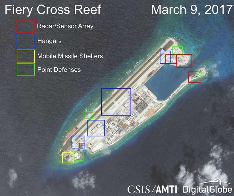 Jedna z rozbudowanych wysepek z nowymi chińskimi instalacjami wojskowymi. Fot. AMTI, DigitalGlobe /materiały prasowe