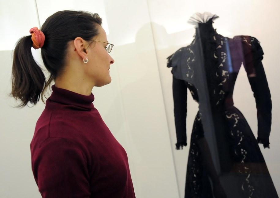 Jedna z sukien Sisi prezentowana na wystawie w Berlinie w maju 2011 roku /Britta Pedersen  /PAP