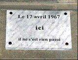 Jedna z tablic na fasadzie kamienicy w XII dzielnicy Paryża /RMF