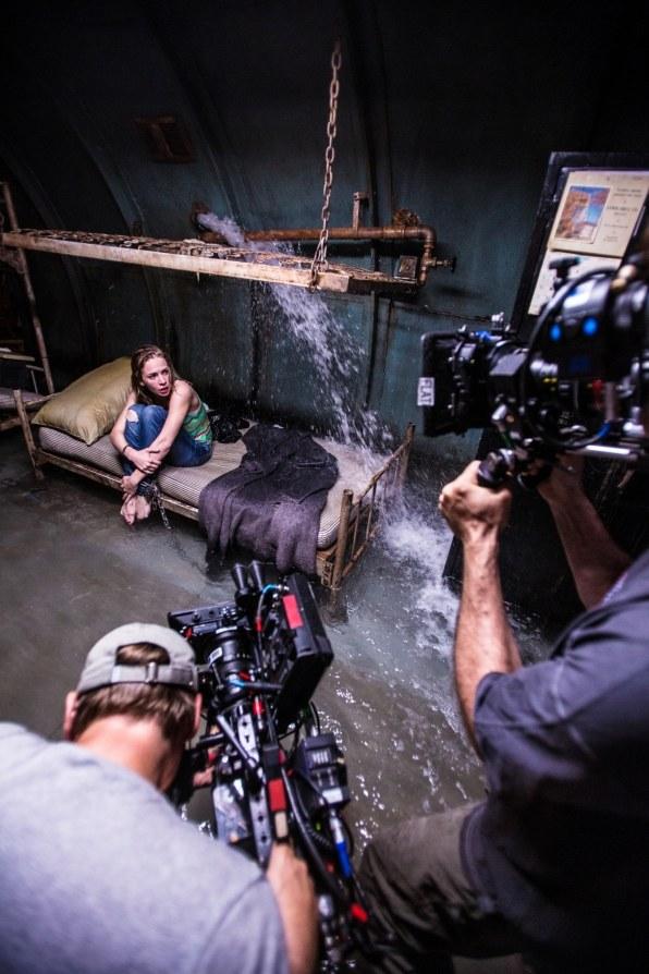 Jedna z trudniejszych scen. Piwnicę, w której Junior przetrzymuje Angie (Britt Robertson), zalewa woda. /Michael Tackett/ CBS /materiały prasowe