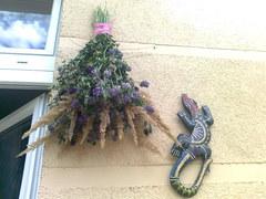 Jedna ze ścian na balkonie - powiesiłam kwiaty,które zebrałam w lesie i na łące (suszę je) oraz drewnianą jaszczurkę kupioną w Szklarskiej Porębie