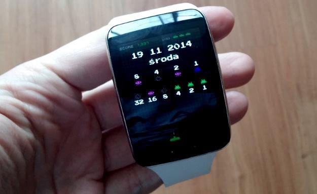 Jednen z alternatywnych wyglądów zegara do pobrania za darmo z Samsung Apps (binarny zegarek Space Invaders) /INTERIA.PL