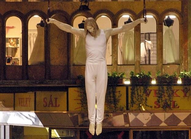 Jedno z dzieł Davida Cernego: Chrystus ćwiczący na kółkach gimnastycznych /AFP