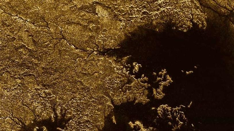Jedno z metanowych jezior na Tytanie - czy na księżycu Saturna istnieje życie? /NASA