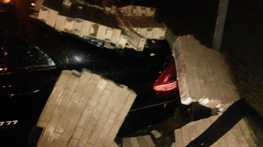 Jedno z uszkodzonych aut /Przemek Mzyk /RMF MAXXX