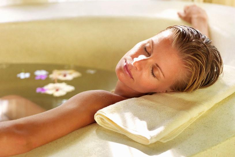 Jednorazowa kąpiel w wodzie siarczkowej nie powinna trwać dłużej niż 20 minut /©123RF/PICSEL