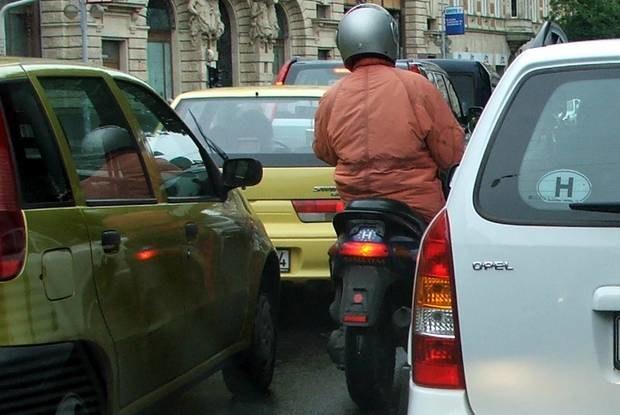 Jednoślady często omijają stojące auta / Kliknij /INTERIA.PL
