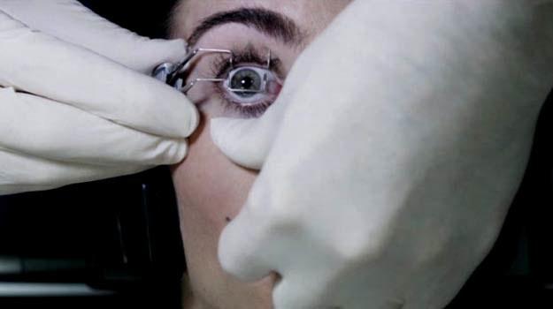 Jednym z miejsc tortur jest w filmie gabinet okulistyczny, w którym dominuje śmiercionośny laser /materiały dystrybutora