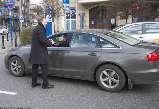 Jednym z najczęściej przyłapywanych na wykroczeniach drogowych polityków był Jacek Kurski. Na zdjęciu z Ryszardem Kaliszem, siedzącym w swoim Audi A6. /Krystian Dobuszyński /Reporter