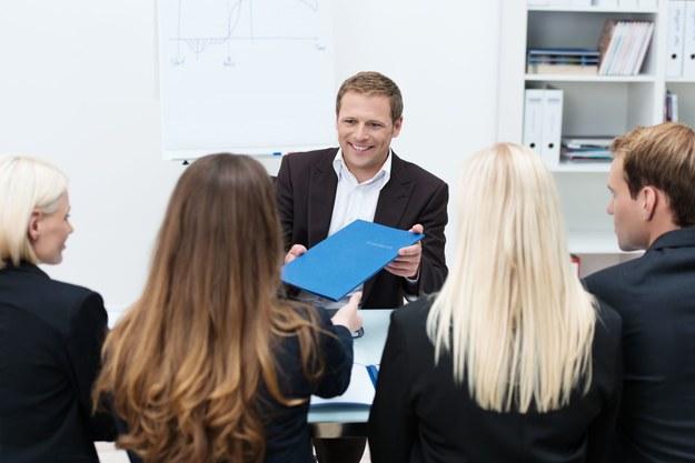 Jednym z najskuteczniejszych sposobów na zweryfikowanie kompetencji, którymi chwalą się kandydaci, jest assessment center /123RF/PICSEL