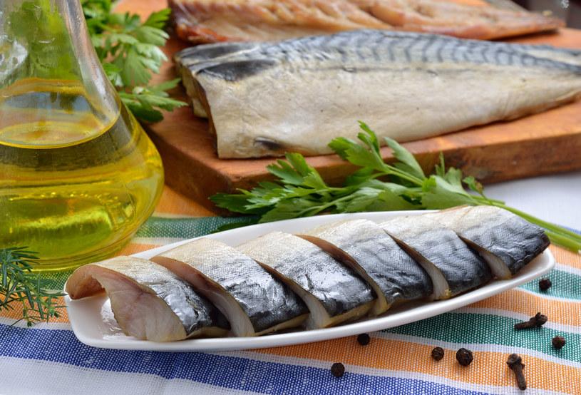 Jedz ryby z dodatkiem oleju /123RF/PICSEL