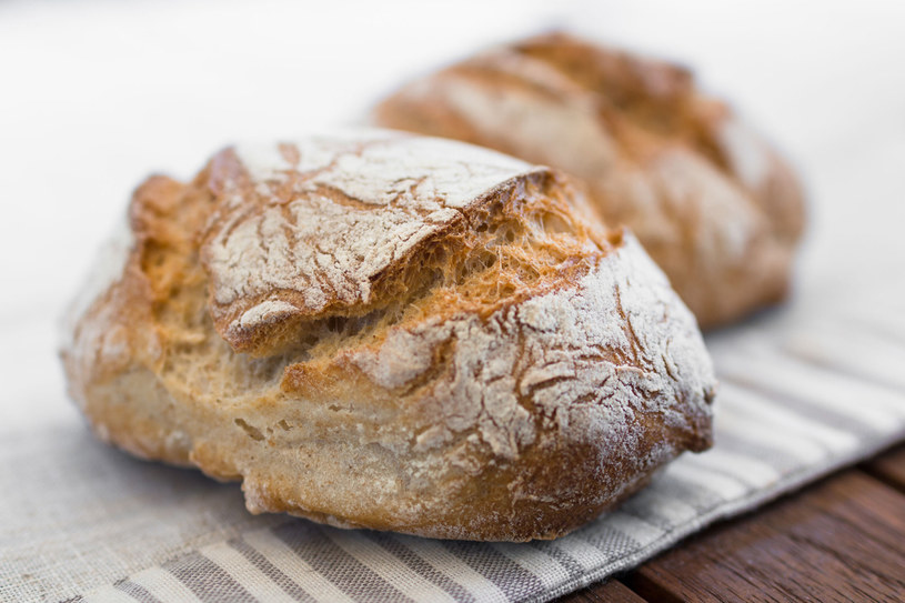 Jedzenie chleba, również podczas diety odchudzającej jest niezbędnym elementem prawidłowego odżywiania. /123RF/PICSEL