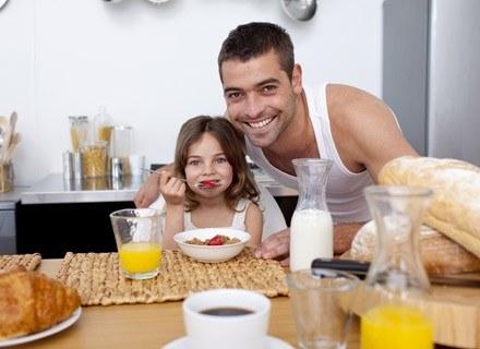 Jedzenie jest silnie związane z emocjami i bywa wyrazem rodzicielskiej kontroli nad dzieckiem /© Panthermedia