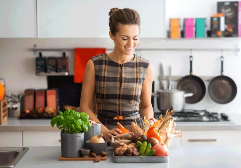 Jedzenie popijaj ziołami, które zwiększają produkcję serotoniny (np. dziurawcem) albo poprawiają odporność na stres (np. melisą ). /©123RF/PICSEL