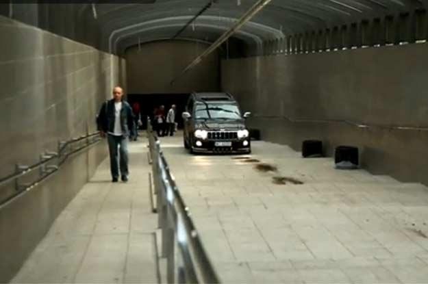 Jeep przejechał przez przejście podziemne przy dworcu PKP w Sosnowcu /