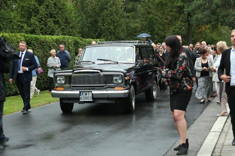 Jeep Wagoneer podczas pogrzebu Grzegorza Miecugowa /VIPHOTO /East News