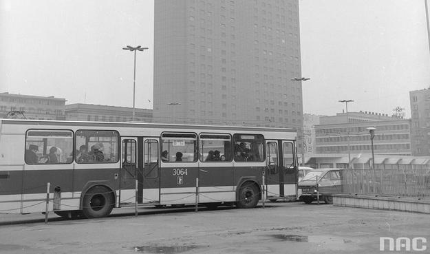 Jelcz Berliet PR100 na skrzyżowania ulicy Marszałkowskiej i Alei Jerozolimskich w Warszawie /Z archiwum Narodowego Archiwum Cyfrowego