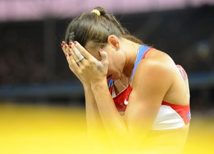 Jelena Isinbajewa przeżywa porażkę w Berlinie. /AFP