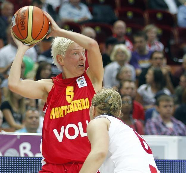 Jelena Skerović (z lewej) dała lekcję koszykówki Paulinie Pawlak. Fot. Andrzej Grygiel /PAP