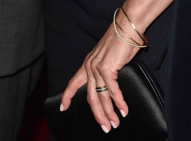 Jennifer Aniston pochwaliła się obrączką /Getty Images