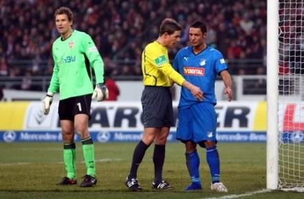 Jens Lehmann udaje, że nie wie o co chodzi, a Salinović szuka swojego buta /Getty Images/Flash Press Media