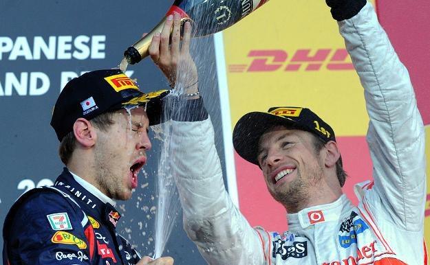 Jenson Button oblewa szampanem Sebastiana Vettela /AFP